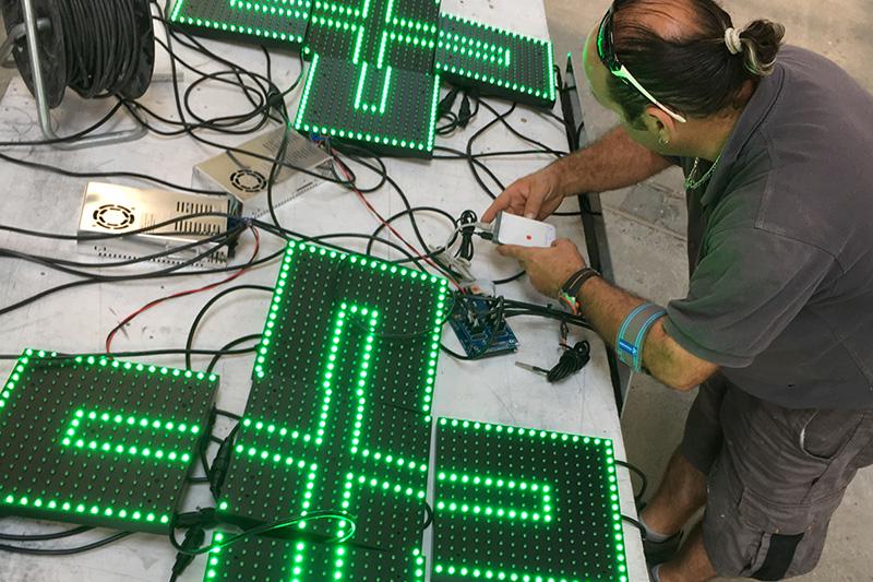 Aztarna, enseigne montage croix de pharmacie LED